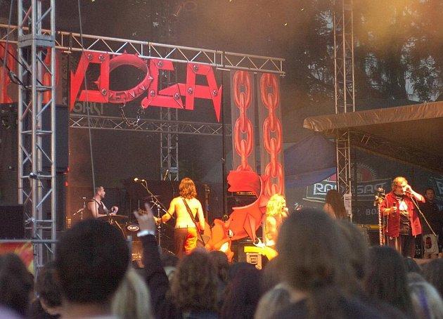 Na letošním ročníku Noci plné hvězd v Třinci vystoupilataké tradičně kapela Doga. Frontman Izzi byl jen několik dní po operaci pravé nohy, kterou měl celou v sádře a při koncertě seděl.