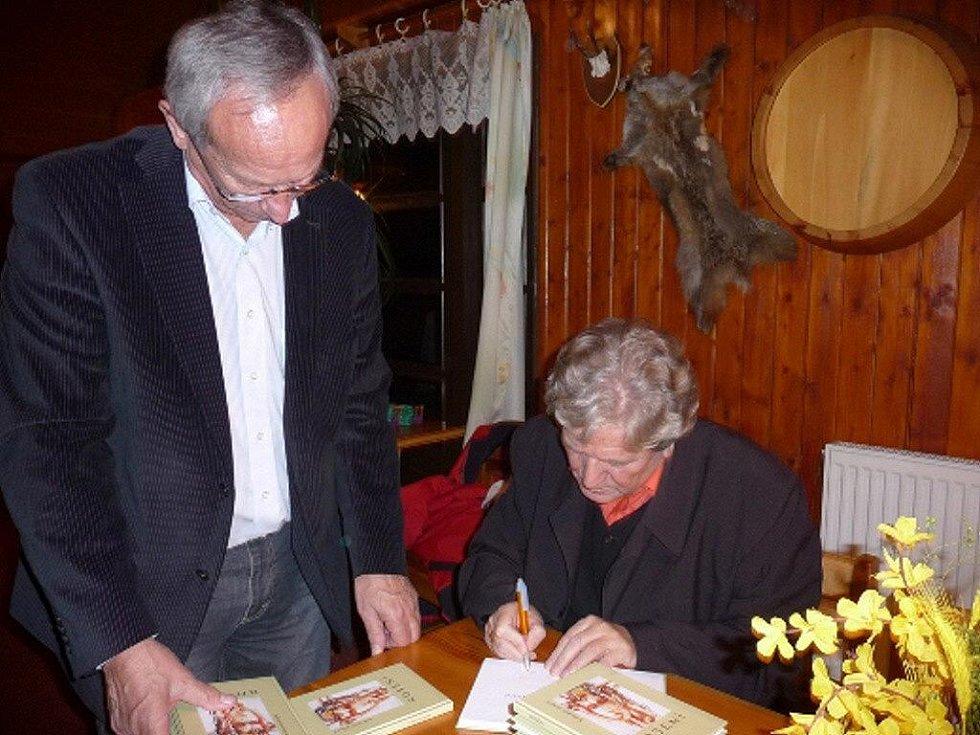 Bohumír Vidura se podepisuje do své knihy.