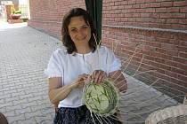 Gabriela Lipus předváděla v sobotu své umění v areálu třineckého muzea. Pletení z pedigu se věnuje dva roky, podle ní se to může naučit každý.