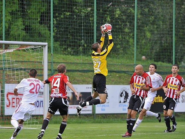 Brankář Viktorie Žižkov Bartalský kryje vysoký míč před domácím Szmekem za asistence Šťastného a Kučery.