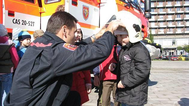 Profesionální hasiči z Třince v pondělí pokřtili nový zásahový vůz. Sedmnáctitunovou cisternu představili na náměstí Svobody zvědavým přeškolákům.