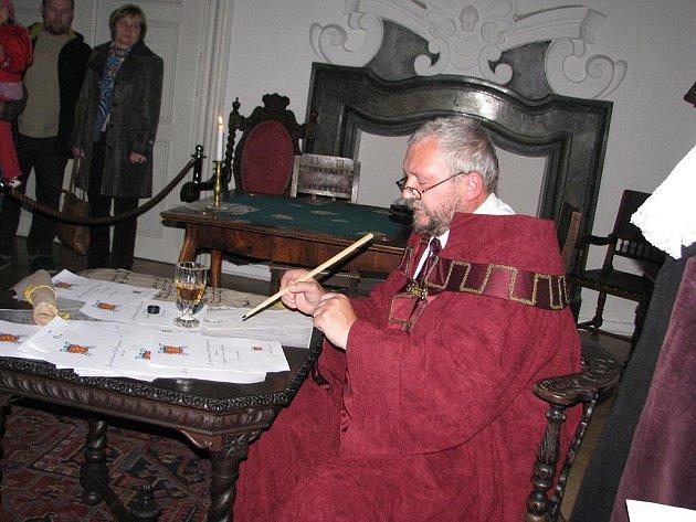 Frýdecký zámek patřil večer z pátku na sobotu netradičním prohlídkám při svíčkách a nechyběly ani dobové postavy.