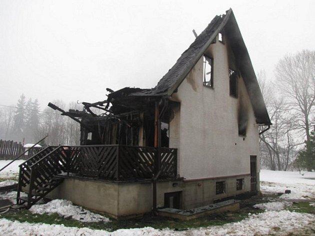 Čtyři jednotky hasičů zasahovaly při požáru okalového domku ve Vojkovicíchna Frýdeckomístecku. Okalový domek se při požáru propadnul.