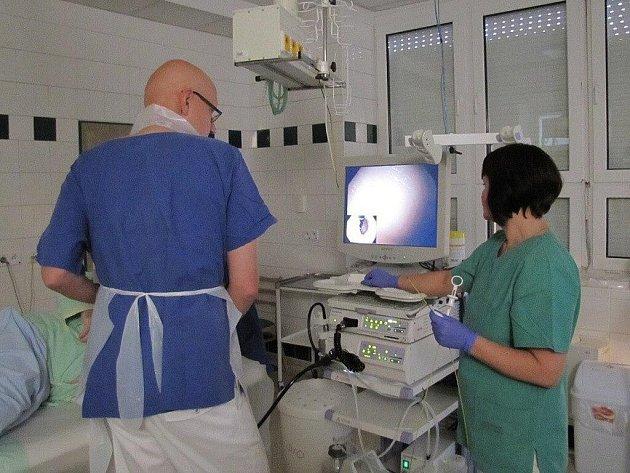 Primář interního oddělení Petr Vítek při vyšetření pacienta novým endoskopem.