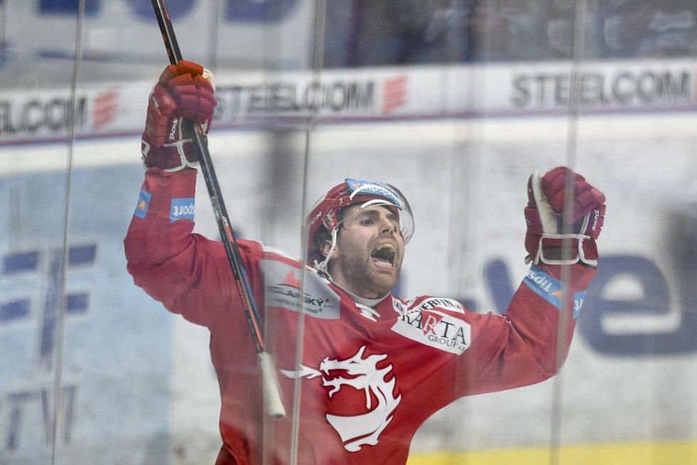 Radost třineckých hokejistů ostře kontrastovala se smutkem Vítkovic.