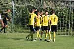 V posledním kole okresního přeboru mužů fotbalisté Lískovce (bílé dresy) doma prohráli, když nestačili na celek z Nošovic 2:4.