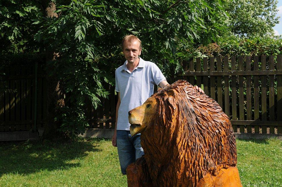 Umělecký řezbář Luděk Vančura, který provozuje Ráj dřevěných soch v Ostravici.