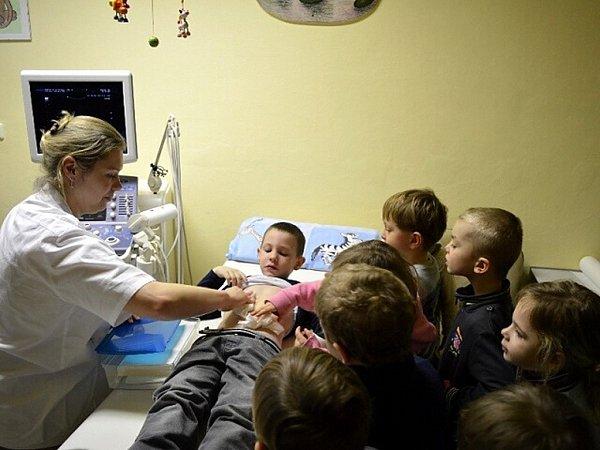 Ve frýdecké nemocnici lékařka dětem ukázala vyšetření břicha.