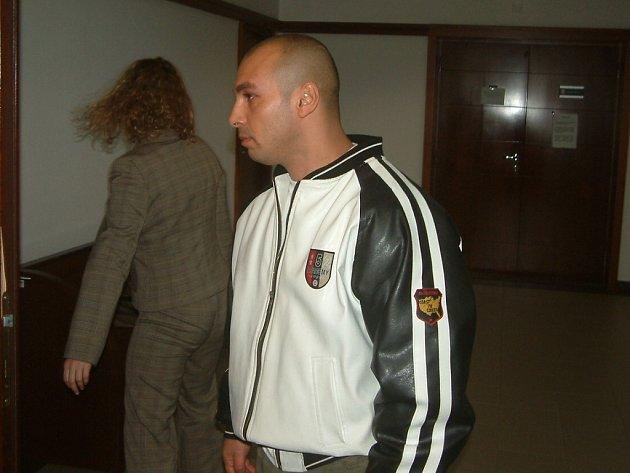 Milan Fedor na archivním snímku. Momentálně si odpykává trest 11 měsíců vězení, soud mu nyní za dvě loupeže, vydírání a porušování domovní svobody pobyt v cele o čtyři roky prodloužil. Fedor se však odvolal.