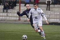 Lískovecký kapitán Martin Šrámek (v bílém) bojuje o míč s domácím Prčíkem.
