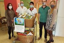 Na výzvu o pomoc s vybavením dětských knihoven v nemocnicích a ordinacích dětských lékařů velmi hbitě zareagovali novomanželé Veronika a Daniel Mrózkovi, kteří přinesli dva koše plné knih.