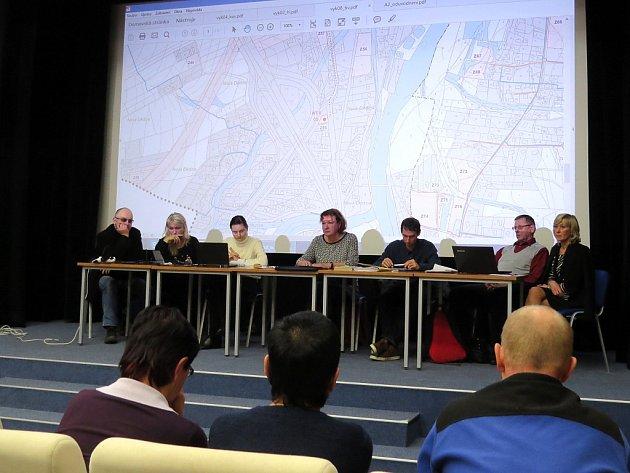 Veřejné projednávání návrhu územního plánu s výkladem projektanta se uskutečnilo v kinosále frýdlantského kulturního centra. Lidé zaplnili místnost takřka do posledního místa.