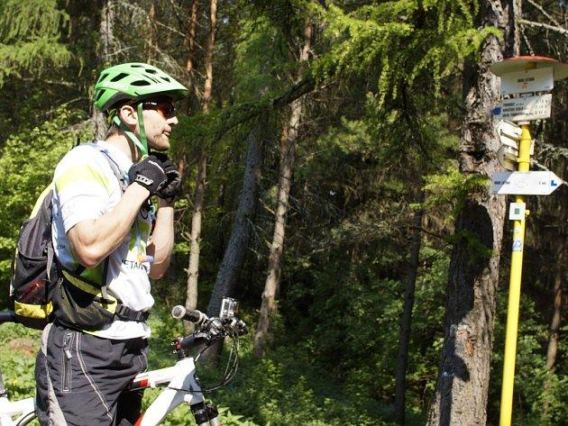 Cyklista s kamerou na kole.