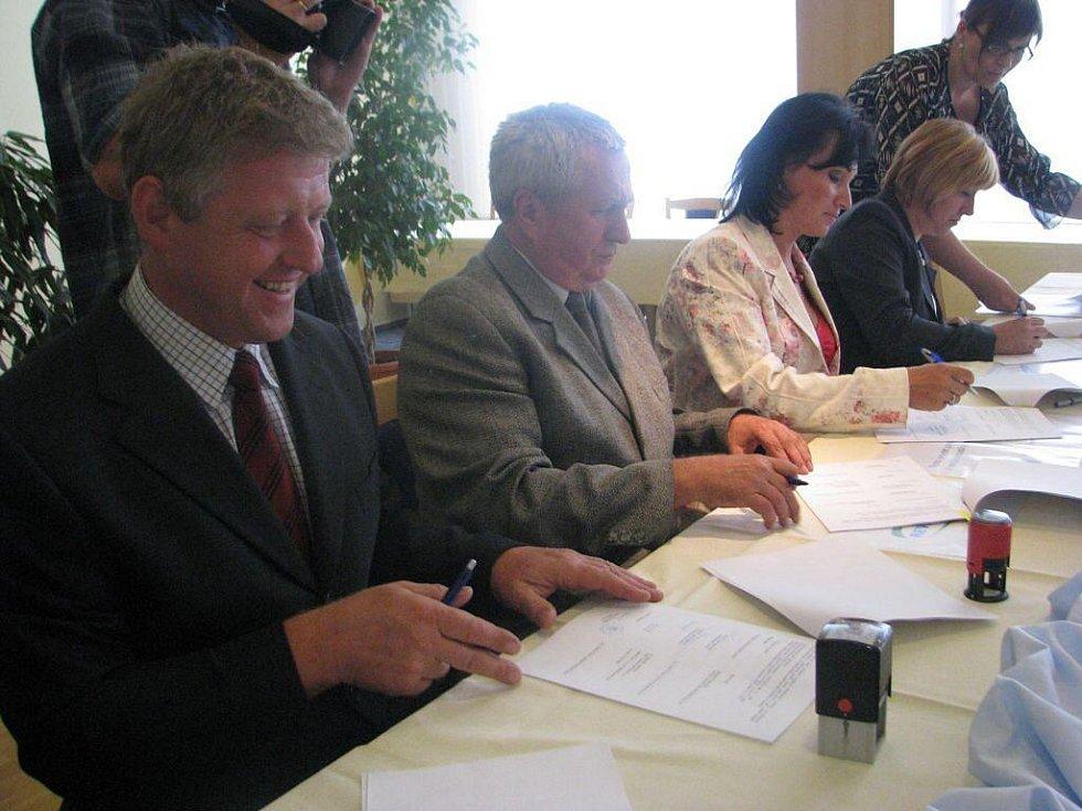 V třineckém hotelu Steel se v úterý podepisovaly stamilionové smlouvy k revitalizaci povodí Olše. Vlevo bystřický starosta Ladislav Olšar.