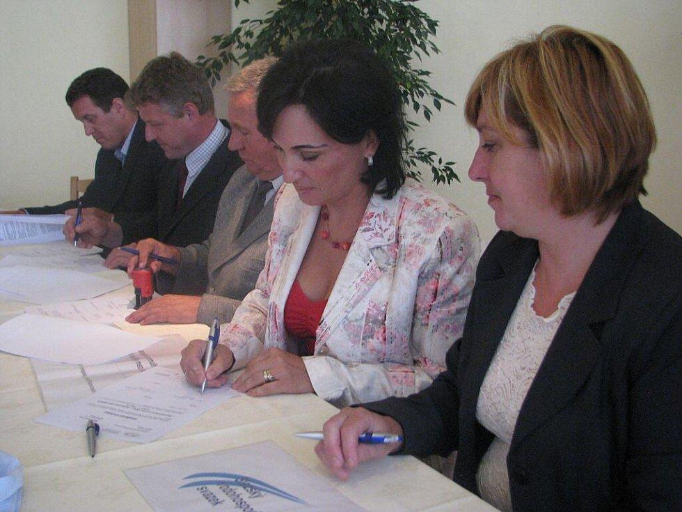 V třineckém hotelu Steel se v úterý podepisovaly stamilionové smlouvy k revitalizaci povodí Olše. Vpravo starostka Návsí Lenka Husarová., vedle ní Věra Palkovská.
