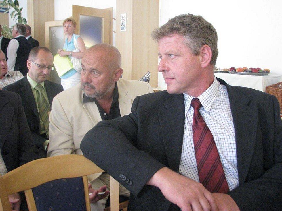 V třineckém hotelu Steel se v úterý podepisovaly stamilionové smlouvy k revitalizaci povodí Olše. Vpředu starosta Bystřice Ladislav Olšar, za ním Milan Procházka z Mostů u Jablunkova.