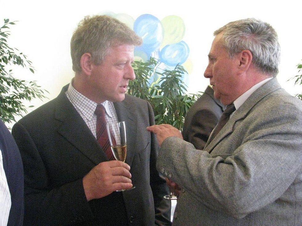 V třineckém hotelu Steel se v úterý podepisovaly stamilionové smlouvy k revitalizaci povodí Olše. Na snímku spolu hovoří starostové Bystřice a Vendryně.