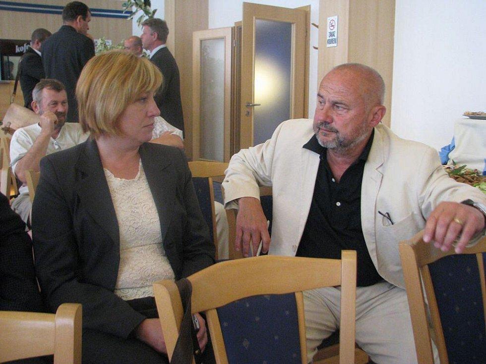 V třineckém hotelu Steel se v úterý podepisovaly stamilionové smlouvy k revitalizaci povodí Olše. Na snímku Lenka Husarová s Milanem Procházkou.