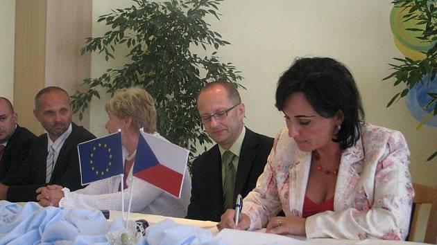 V třineckém hotelu Steel se v úterý podepisovaly stamilionové smlouvy k revitalizaci povodí Olše. Na snímku Věra Palkovská podepisuje jeden z dokumentů.