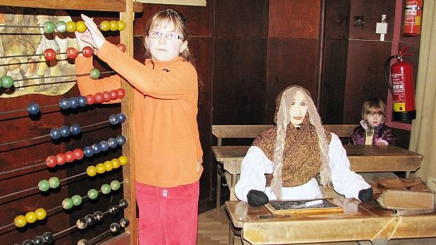 Osmiletou Hanku Sanitrovou zaujaly především školní pomůcky.