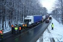 Tři jednotky hasičů zasahovaly v pátek odpoledne u řetězové dopravní nehody v Třinci, kde se srazil osobní automobil Škoda Felicia a tři kamiony.