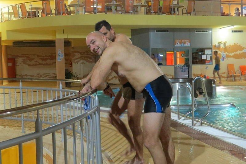 Lyžařům letošní zima nepřeje, takže si mnozí šli během víkendu raději zaplavat do frýdecko-místeckého aquaparku.