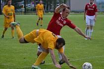 Duel mezi domácími Tošanovicemi (ve žlutém) a Lučinou skončil výhrou hostujícího celku v poměru 1:4.