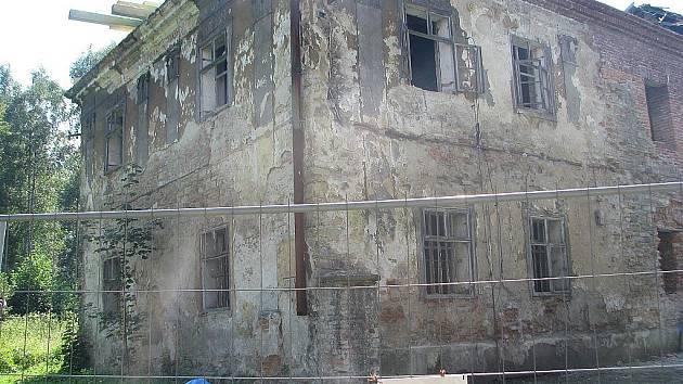 Zchátralý zámek v Ropici prochází rekonstrukcí. Noví majitelé mu chtějí navrátit podobu, jakou měl za první republiky. Tato vypadal areál ve čtvrtek 18. srpna.