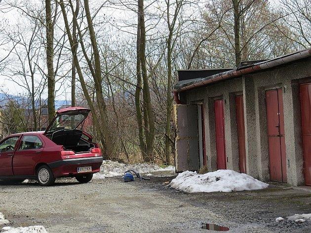 Na garáže ve Svazarmovské ulici (na snímku) ve Frýdku-Místku měl spadeno zloděj.