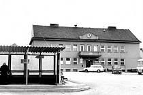 NA LEVÉM břehu přehrady vznikla 8. ledna 1956 nová obec Lučina. Ta se řadí mezi nejmladší obce bývalého Československa. Na historickém snímku je dnešní obecní úřad.