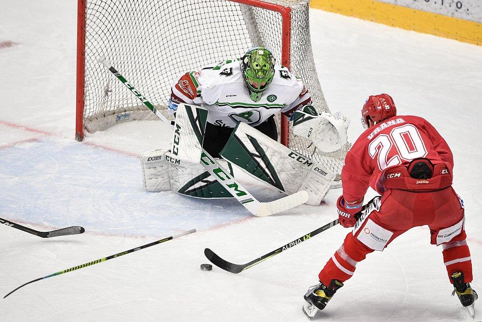 Semifinále play off hokejové Tipsport extraligy - 5. zápas: HC Oceláři Třinec - BK Mladá Boleslav, 11. dubna 2021 v Třinci. (Zleva) brankář Mladé Boleslavi Jan Růžička a Petr Vrána z Třince.