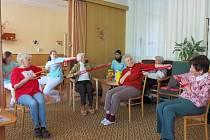 V zařízení probíhá dvakrát týdně cvičení s rehabilitační pracovnicí Marií Kecovou (na snímku vlevo).