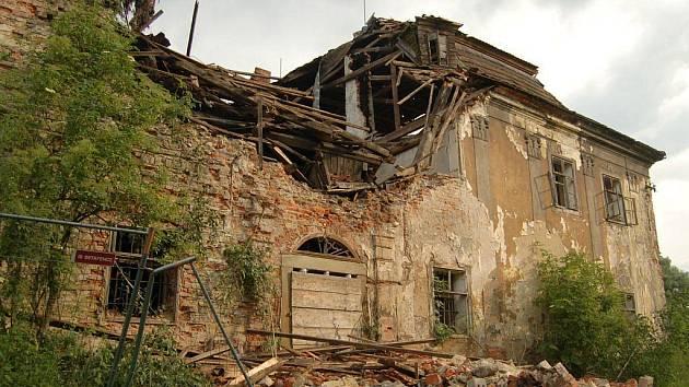 Chátrajícímu baroknímu zámečku v Ropici se koncem června zřítila část čelní zdi.