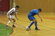 Druholigoví futsalisté Frýdku-Místku (v bílém) prohráli derby s havířovskou Slávii až gólem pár vteřin před koncem utkání.