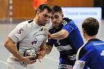 Házenkáři Frýdku-Místku (v bílém) měli zápas v Hranicích dobře rozehraný, nakonec se ale před domácími hráči museli sklonit.