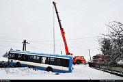 Vyprošťování havarovaného autobusu mezi Václavovicemi a Bruzovicemi. .