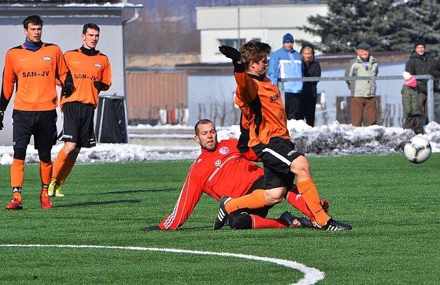 Třinecký Hupka odkopáá míč útočníkovi Šumperka. Třinec vpřípravě porazil Šumperk 1:0.