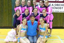 Bronzová medaile z mistrovství republiky v soutěži pódiových skladeb v Opavě byla pro frýdecko-místecké gymnastky vedené trenérkou Pavlou Raškovou (uprostřed) příjemným překvapením.