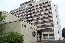 Chátrající hotel Centrum ve Frýdku-Místku už léta chátrá. Nejspíš půjde k zemi.