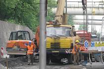 Stavba kanalizace v Nádražní ulici v Třinci (na archivním snímku). Stavbaři zde před rokem narazili na skalní podloží.