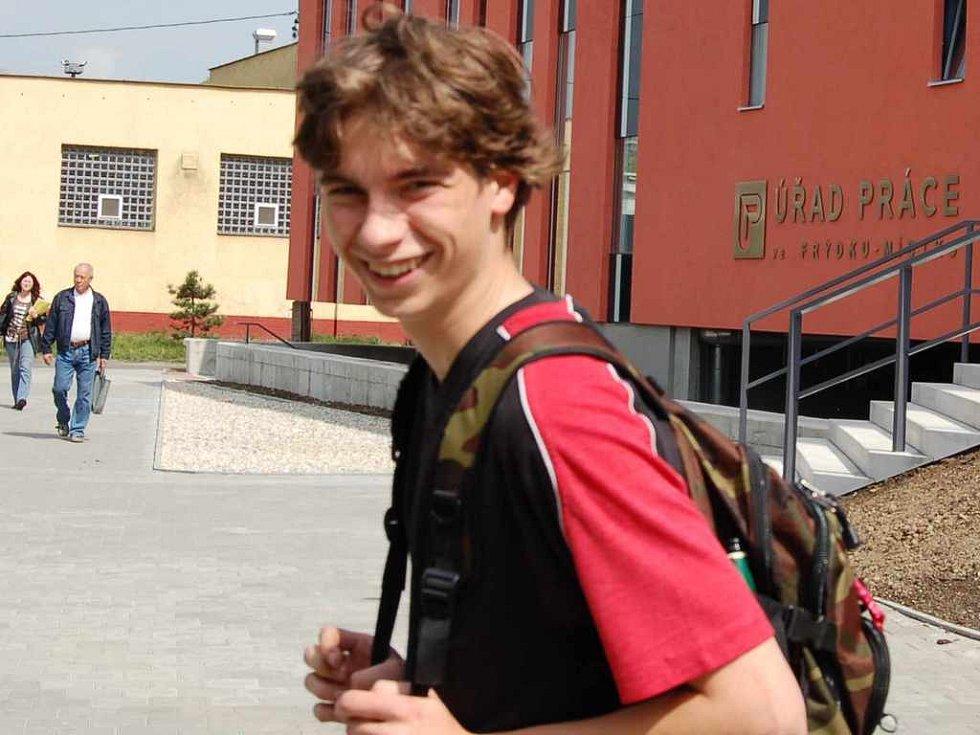 Mladý muž prochází kolem nově postavené budovy frýdecko-místeckého úřadu práce.