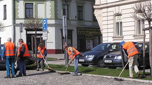 Pracovní čety vyrazily do frýdecko-místeckých ulic. Tři měsíce teď budou uklízet nepořádek po zimě, než je v červnu vystřídají sekáči trávy.