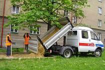 Pracovníci frýdecko–místeckých technických služeb v uplynulých dnech vyměnili písek ve všech 138 pískovištích na území města.