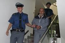 Eskorta přivádí Josefa Siváka k vyhlášení rozsudku. Muž má od středy dvacet záznamů v trestním rejstříku.