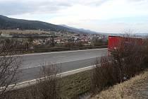 Díky mezinárodní silnici v Mostech u Jablunkova se v minulosti kamiony přesunuly z centra obce na tuto komunikaci. Obchvat vede například pod tamním skiareálem. Ilustrační snímek.
