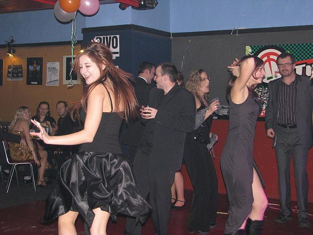 Hudební klub Stoun ve Frýdku slavil v pátek 16. narozeniny netradičně – klasickým plesem.