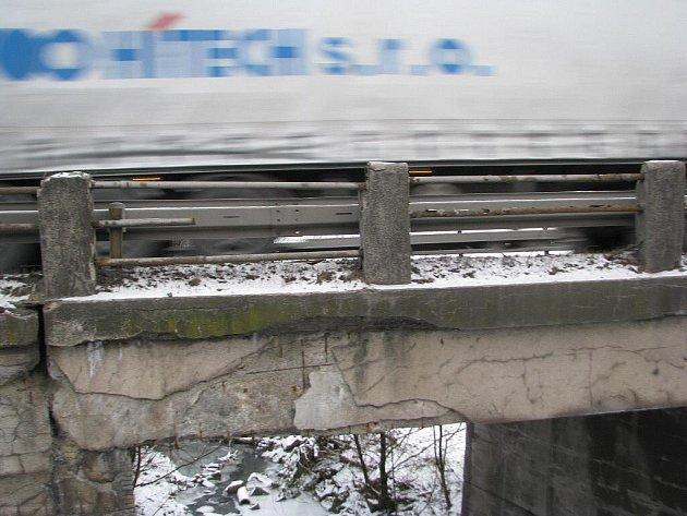 Mostek na hlavním silničním tahu v Třinci-Neborech.