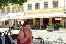 Na snímku se v horku osvěžuje zmrzlinou Zdenka Grácová z Frýdku.