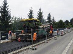 Pokládka asfaltového povrchu.
