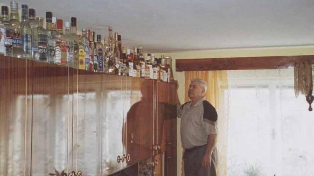 Stanislav Bartek u části své sbírky. Tvrdí, že lahve nikdy neotevře a nevypije.